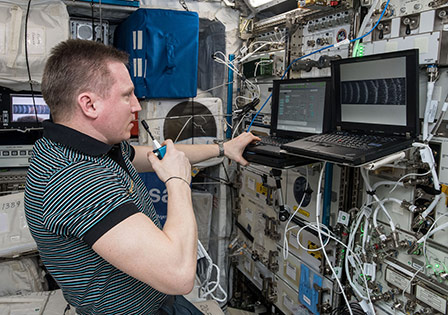 Cosmonaut Sergey Prokopyev using KVM2USB to capture a cloud during the 5th Science Campaign of the PK-4. November 4, 2018. Image: ESA/NAS